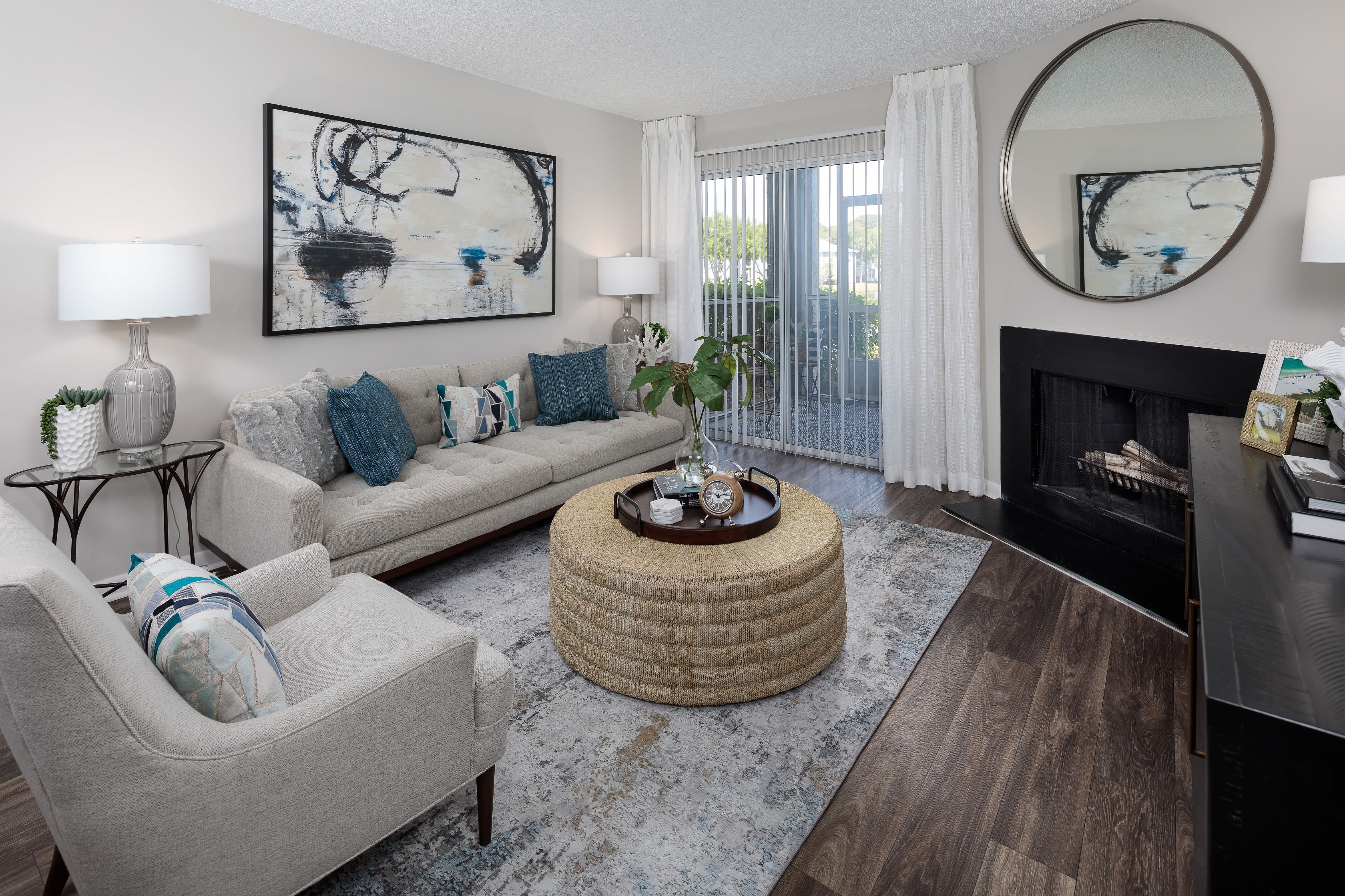 A large apartment living room at Onyx Winter Park in Casselberry, FL