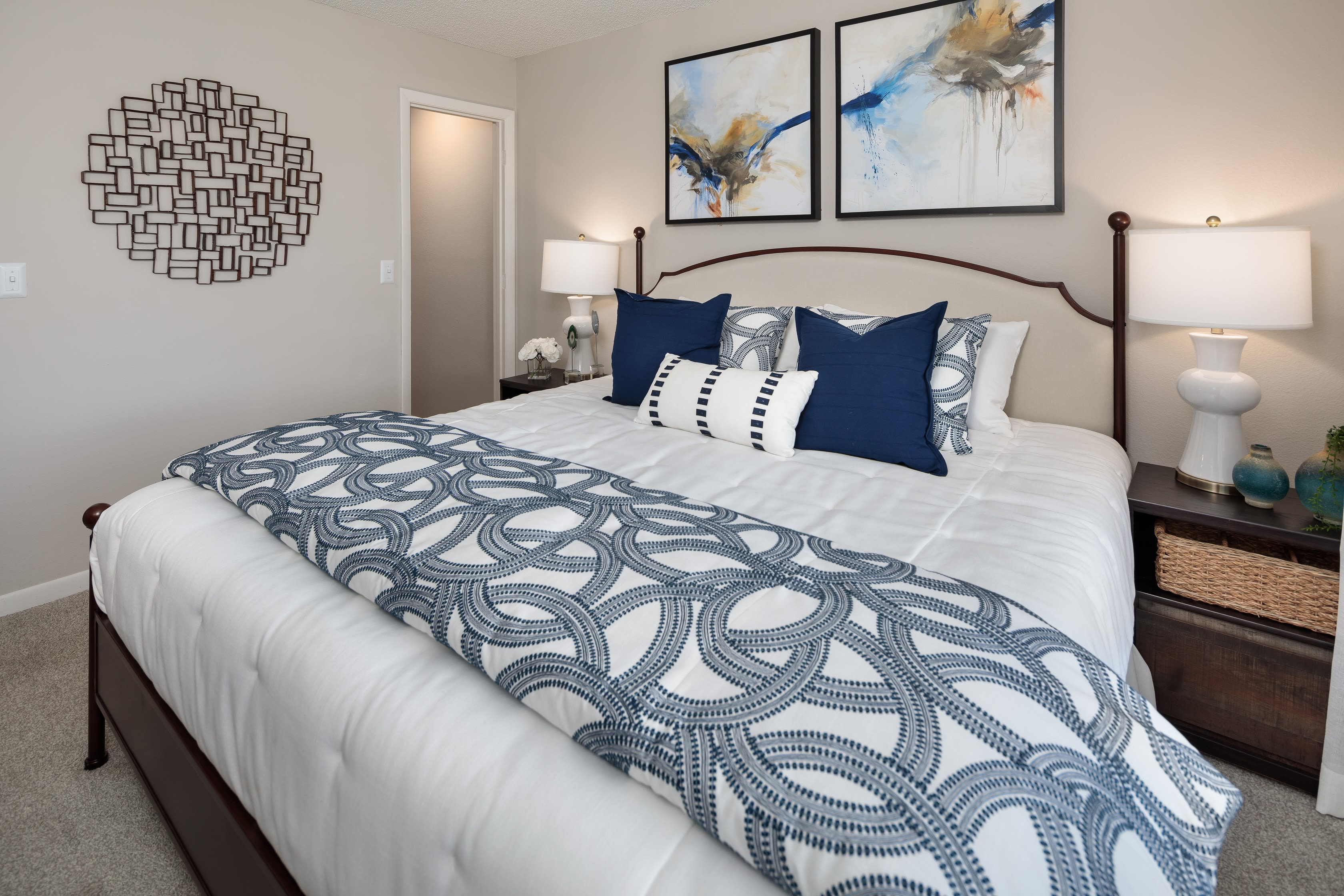 An apartment bedroom at Onyx Winter Park in Casselberry, FL