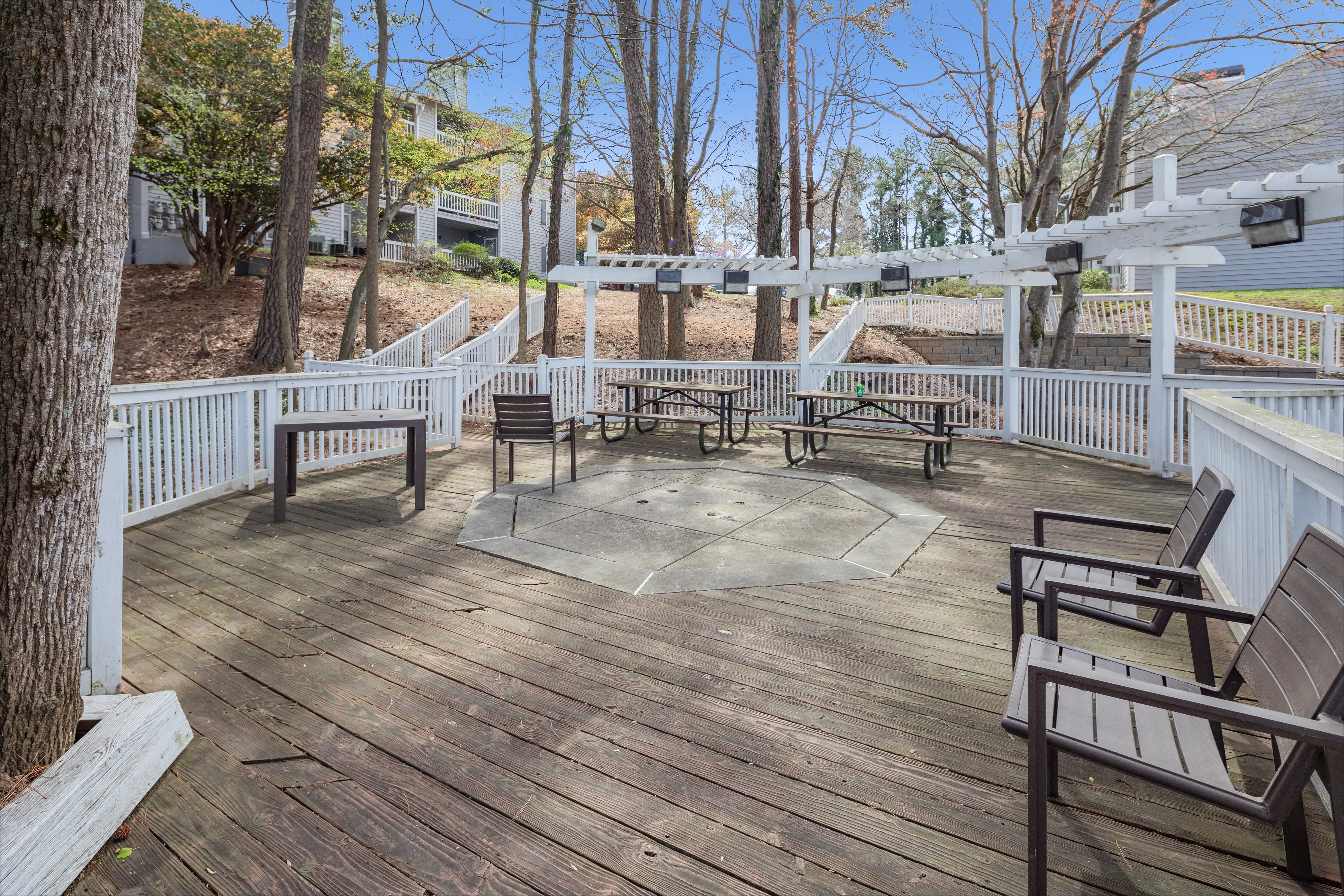 An outdoor resident seating area at The Everette at East Cobb in Marietta, Georgia