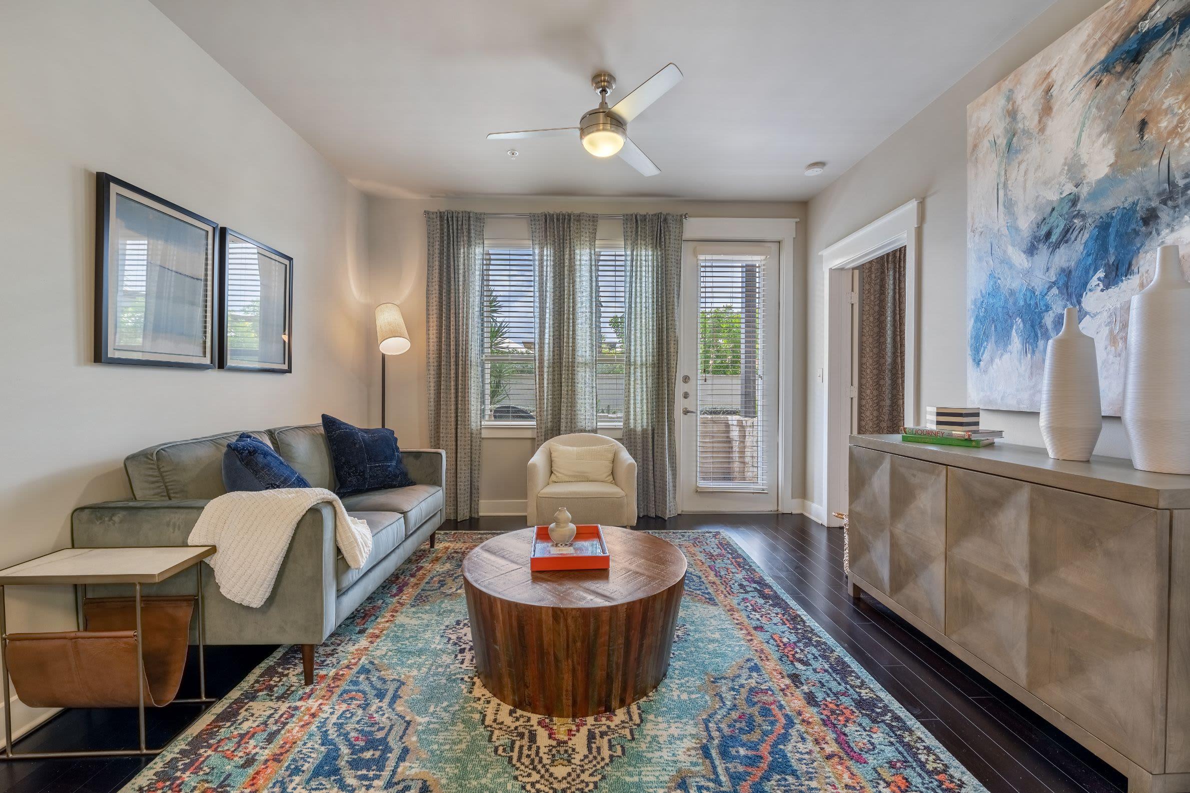 Living room with large rug at Marquis Cresta Bella in San Antonio, Texas