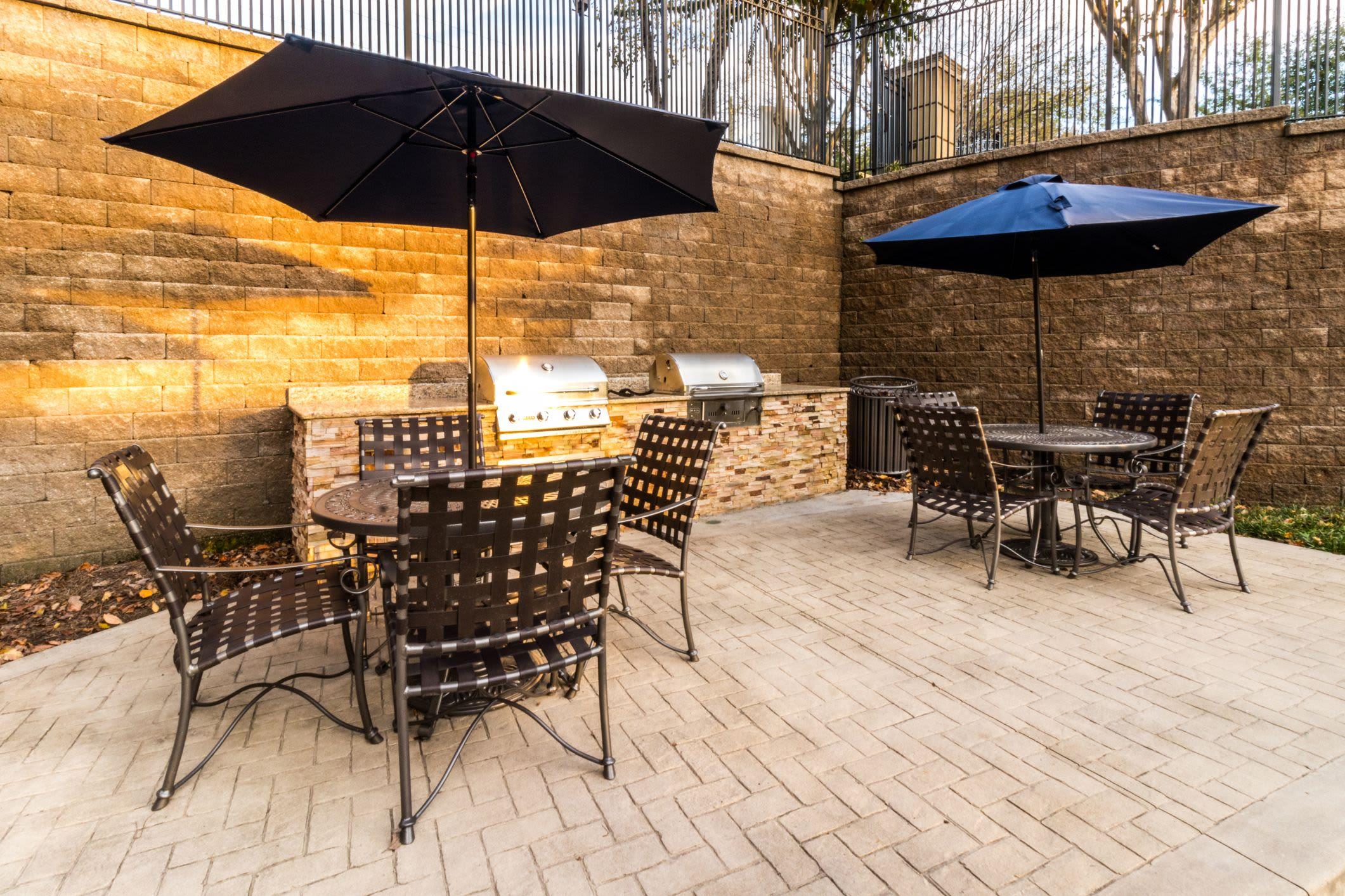 Outdoor community patio at Marquis Midtown West in Atlanta, Georgia