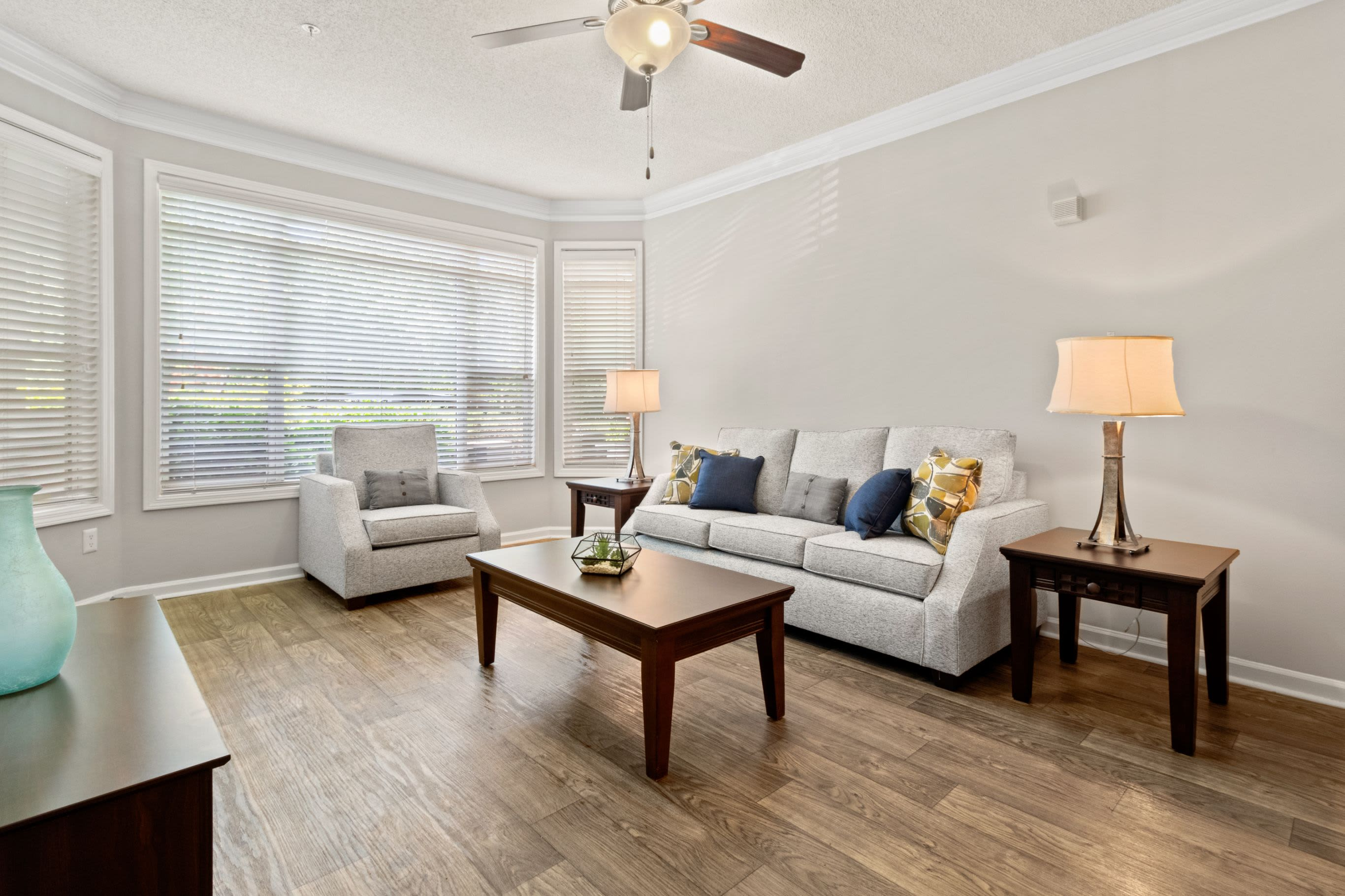 Living room with a white couch at Marquis Midtown West in Atlanta, Georgia