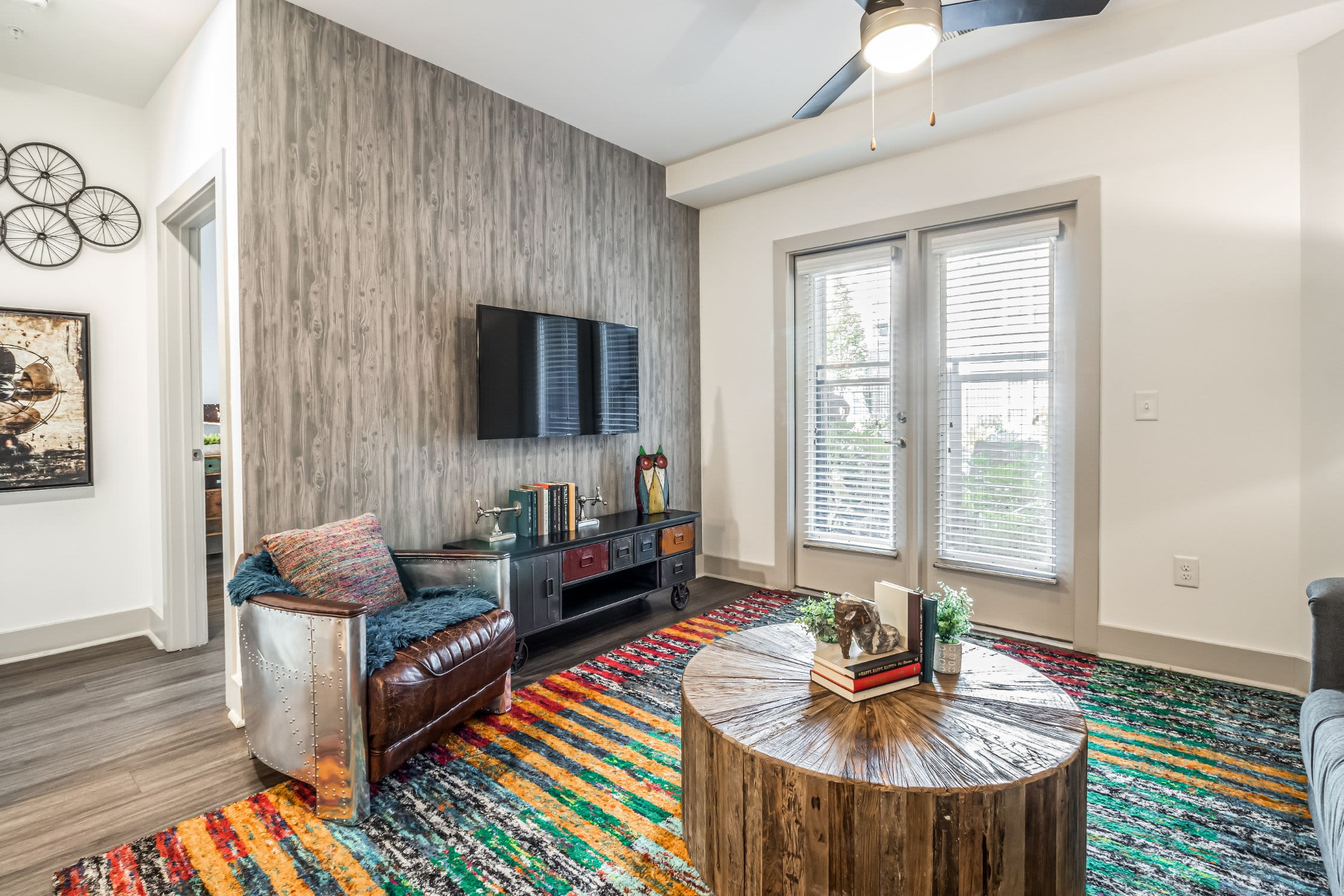 Living room with a large rug at Skyline West in Atlanta, Georgia
