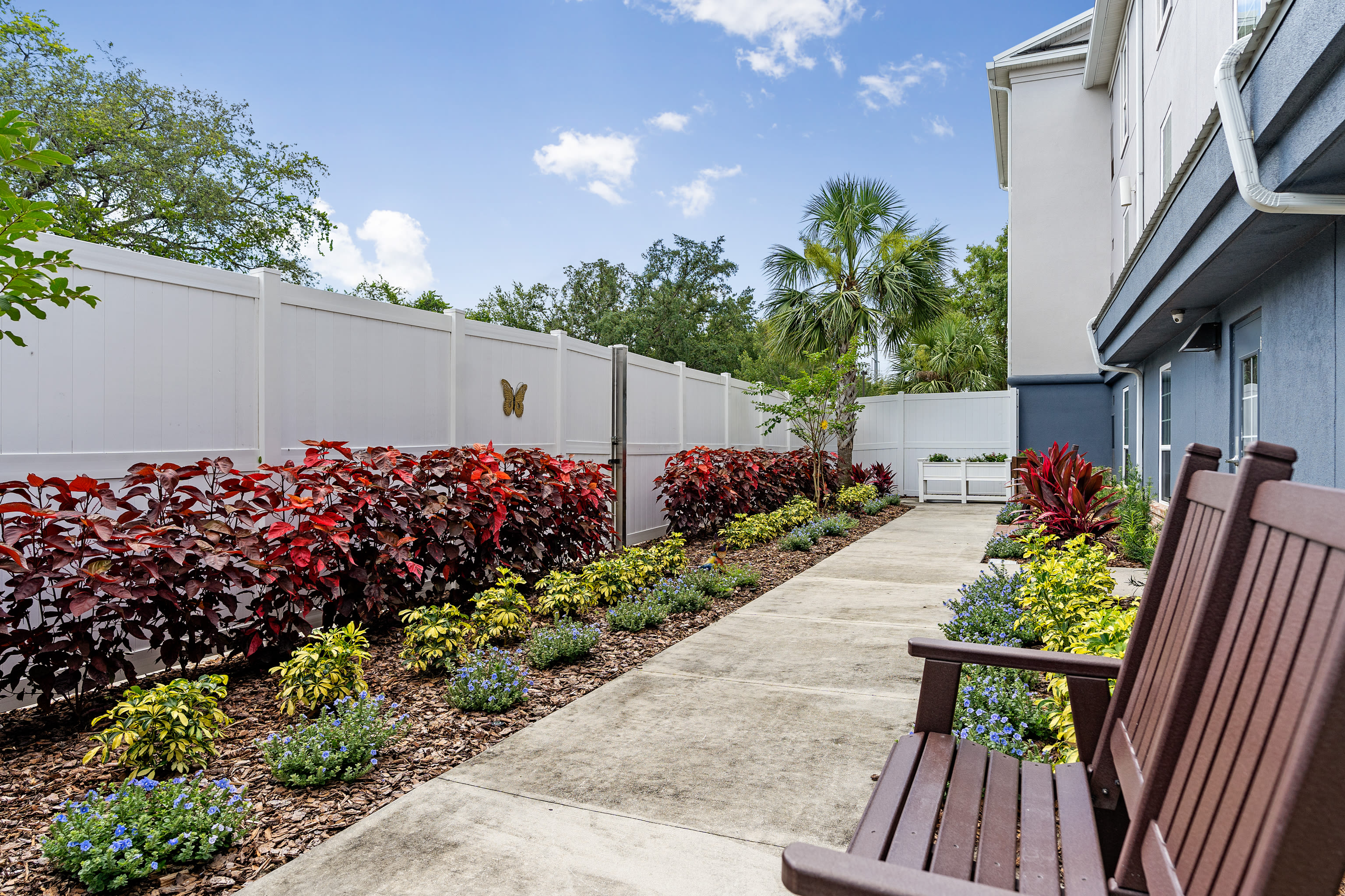 Outdoor path and sitting area at Gentry Park Orlando in Orlando, FL