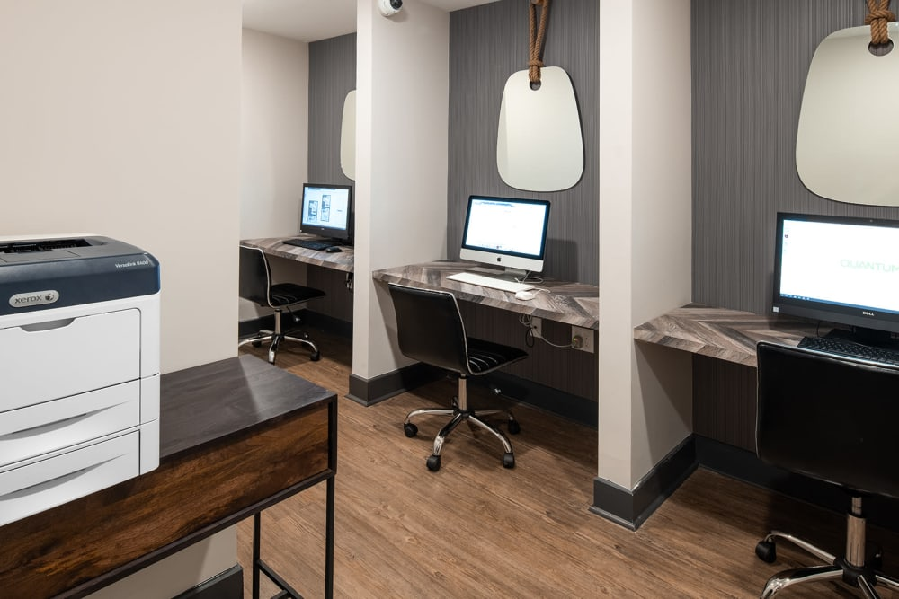 Business center with computers and free printing at Quantum on West Call