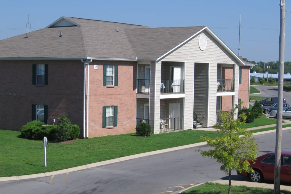 An apartment building exterior at Park Trail Apartments in Shelbyville, Tennessee