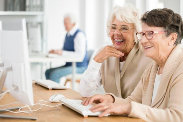 Residents using a computer at Ativo Senior Living of Prescott Valley in Prescott Valley, Arizona