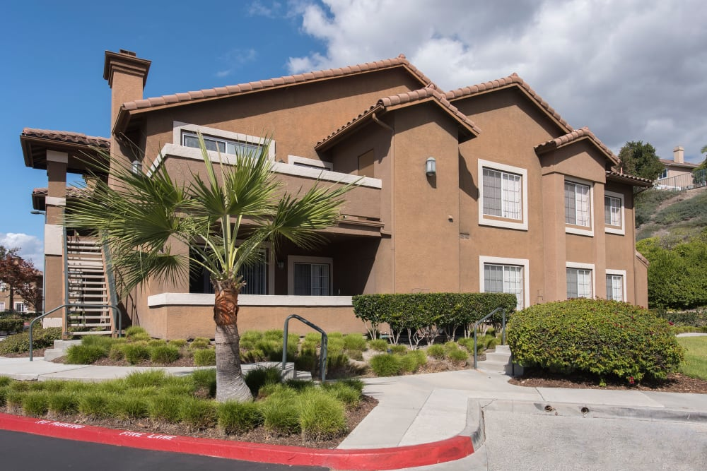 Beautifully manicured landscape at Paloma Summit Condominium Rentals in Foothill Ranch, California