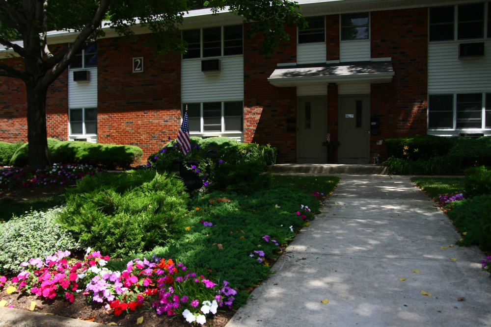 Beautifully maintained landscaping at Pointe Breeze Apartments