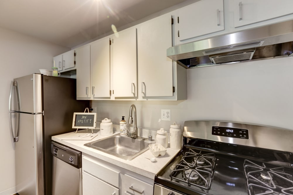 A kitchen with a gas grill at The Landings I & II Apartments in Alexandria, Virginia