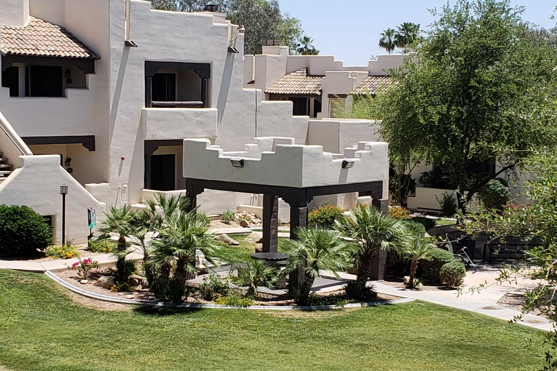 Courtyard at Casa Santa Fe Apartments in Scottsdale, Arizona