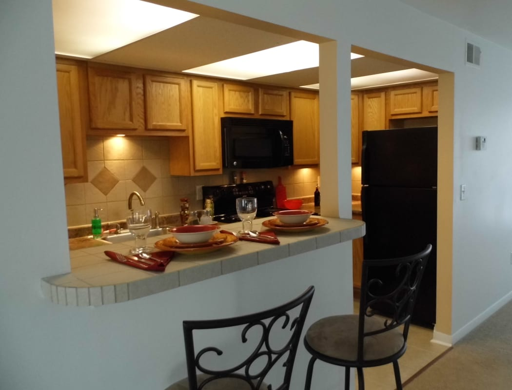 Kitchen with breakfast bar at Eagles Pointe Townhomes in Liverpool