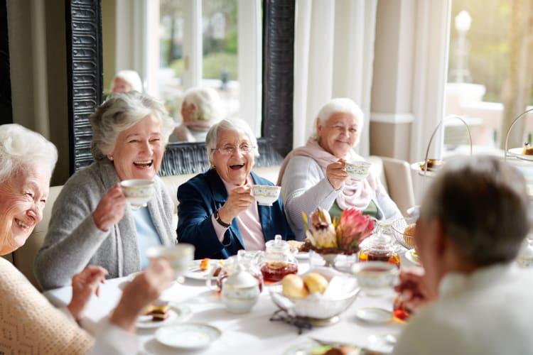 Residents dining together at Harmony at Harts Run in Glenshaw, Pennsylvania