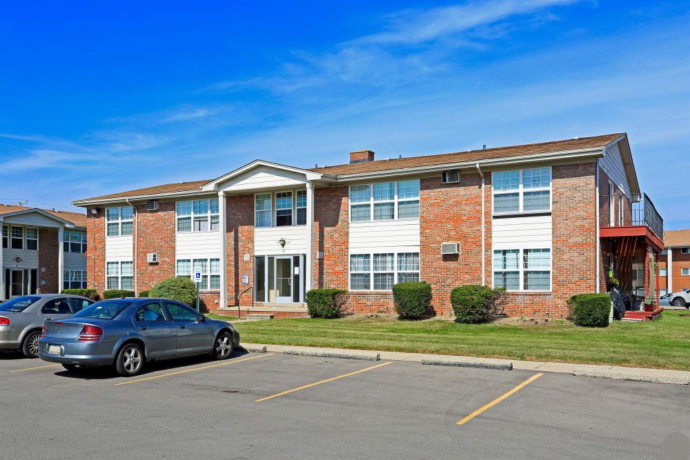 Utica Square Apartments exterior view in Roseville, Michigan