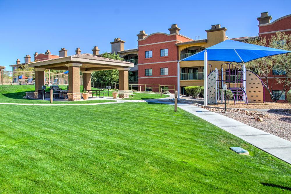 Outdoor picnic area at Oro Vista Apartments in Oro Valley, Arizona