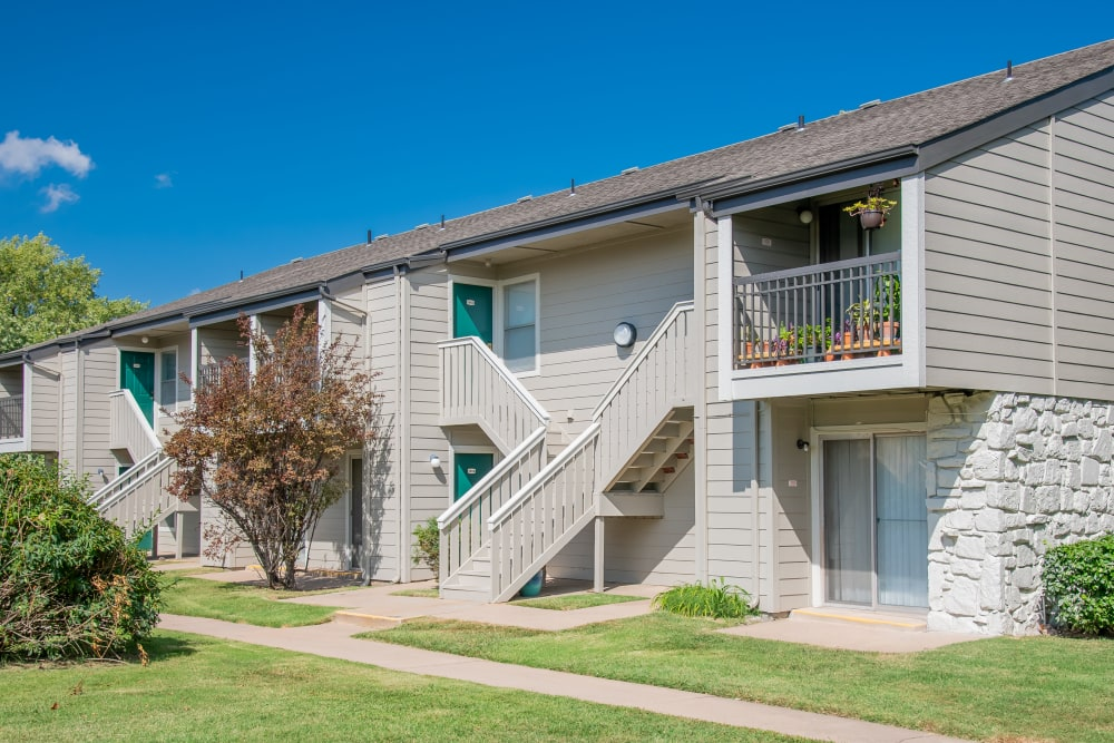 Beautiful courtyard and building at Aspen Park Apartments in Wichita, Kansas