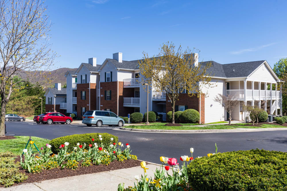 Professionally kept exteriors at Glade Creek Apartments in Roanoke, Virginia