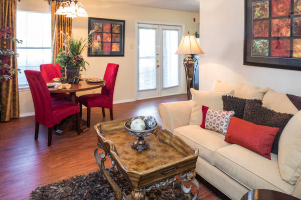 Monterra Pointe offers a beautiful living room in Arlington, TX