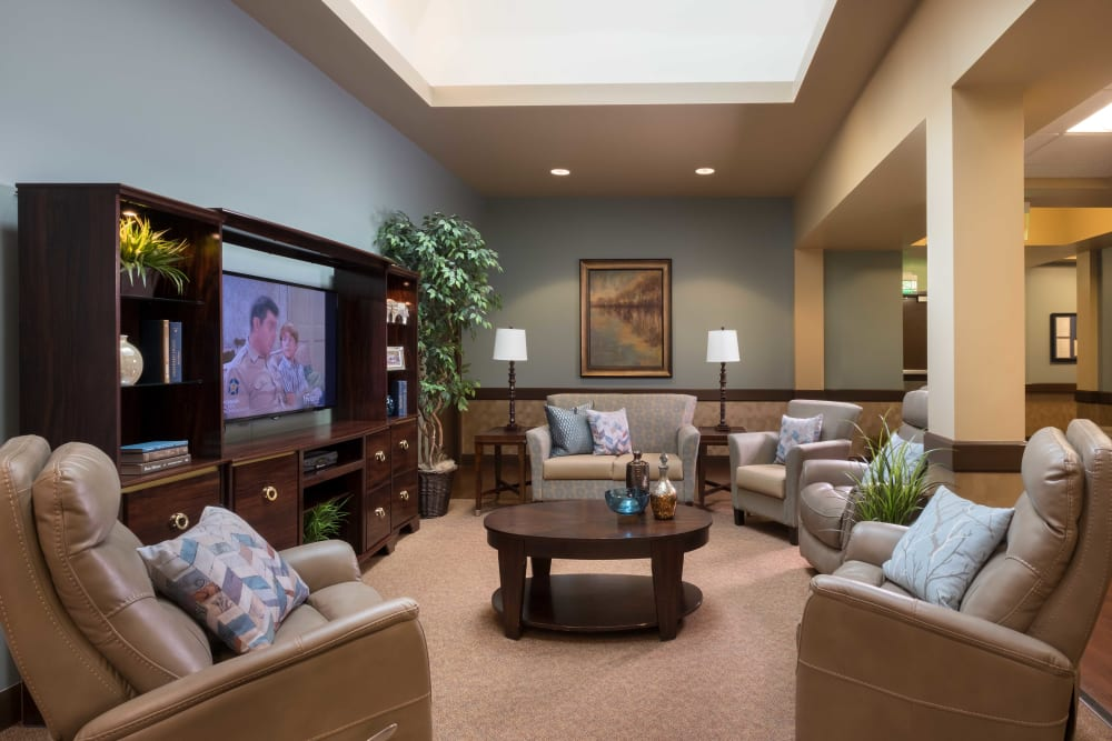 A cozy entertainment room at Avenir Memory Care at Scottsdale in Scottsdale, Arizona