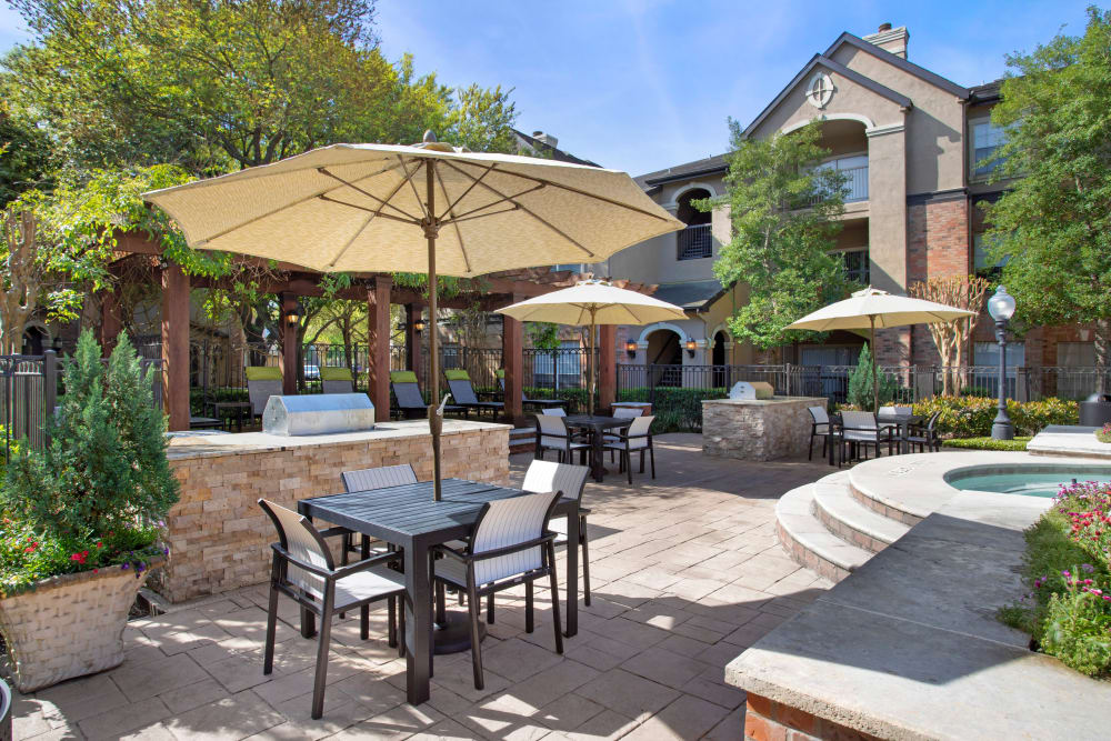 Grilling and picnic area in the beautifully landscaped courtyard of Regency at First Colony in Sugar Land, Texas