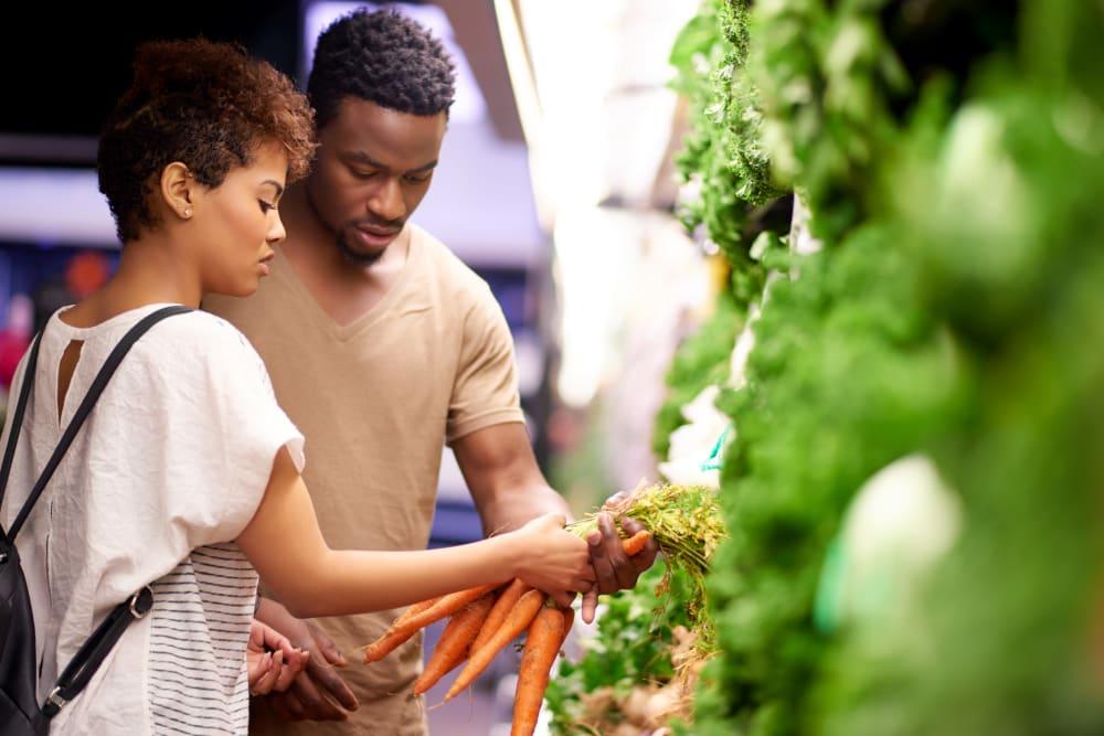 Couple shopping for produce in Edina, Minnesota near Oaks Braemar