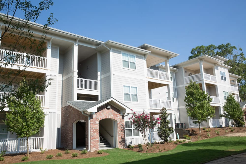 Beautiful white exterior of Ansley Commons Apartment Homes in Ladson, South Carolina