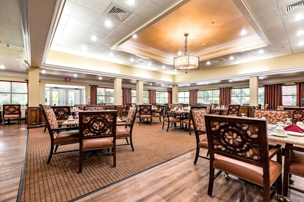 IL Dining Rmat Pacifica Senior Living Heritage Hills in Hendersonville, North Carolina