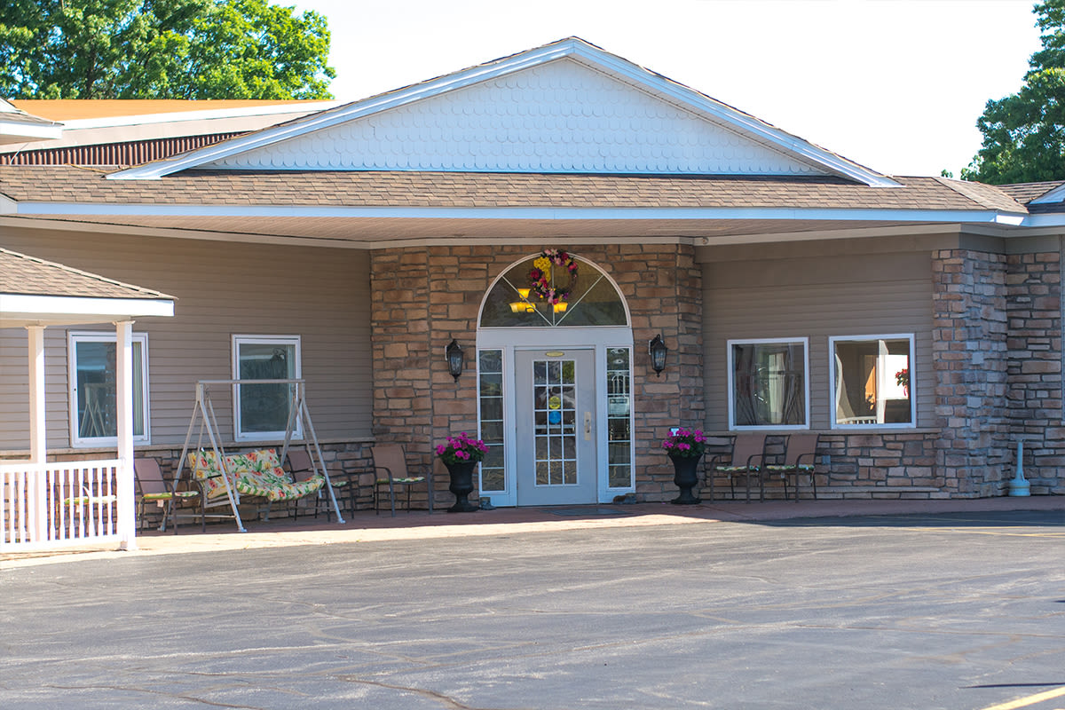 The building exterior at Clearview Lantern Suites in Warren, Ohio