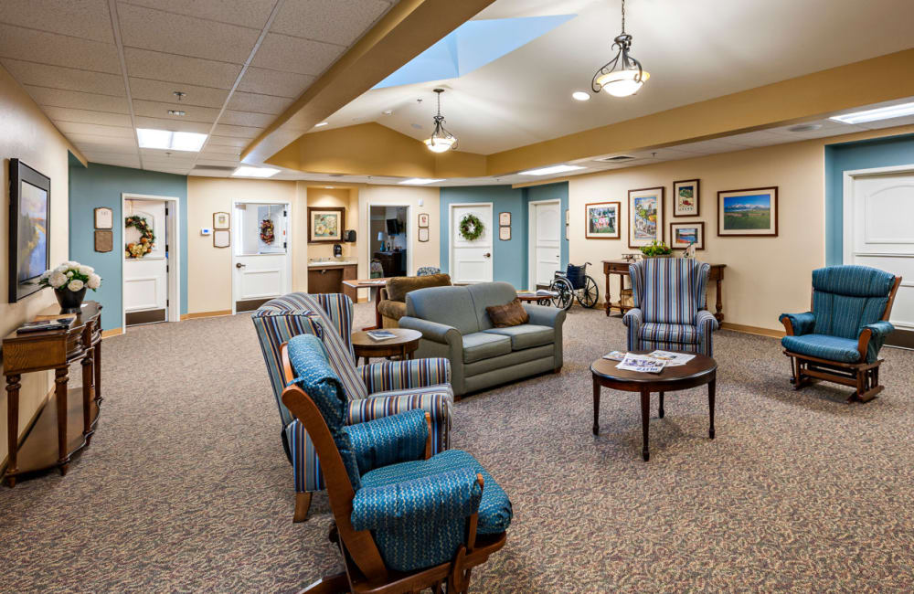 Memory care common room at Touchmark at Mount Bachelor Village in Bend, Oregon
