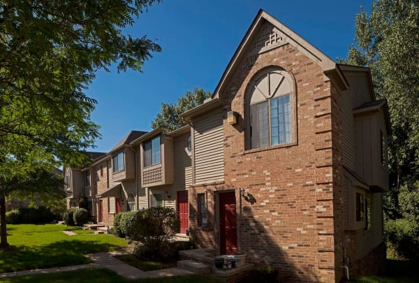Exterior of Wexford Townhomes in Novi, MI