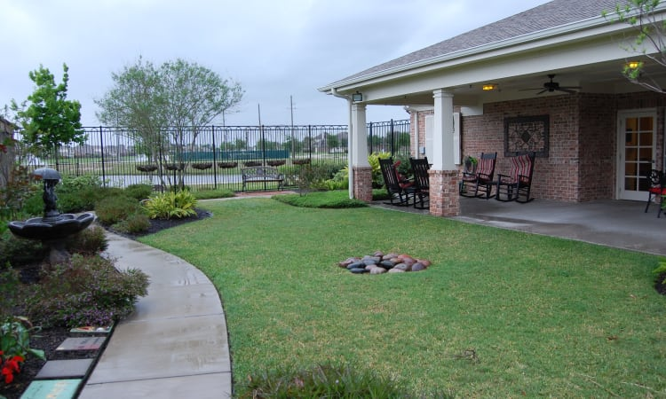 Well manicured courtyard at Autumn Grove Cottage at Pearland in Manvel, Texas