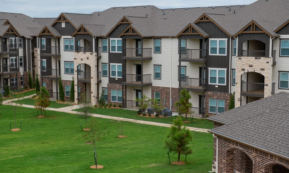 Apartment building exterior at Bend at New Road Apartments in Waco, Texas