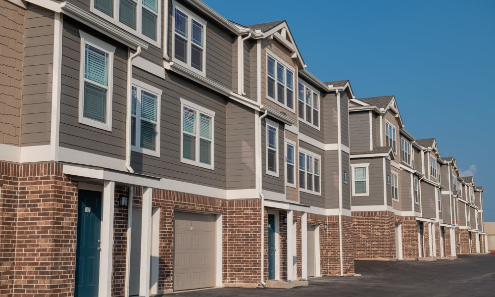 Exterior and garages at Artisan Crossing in Norman, Oklahoma