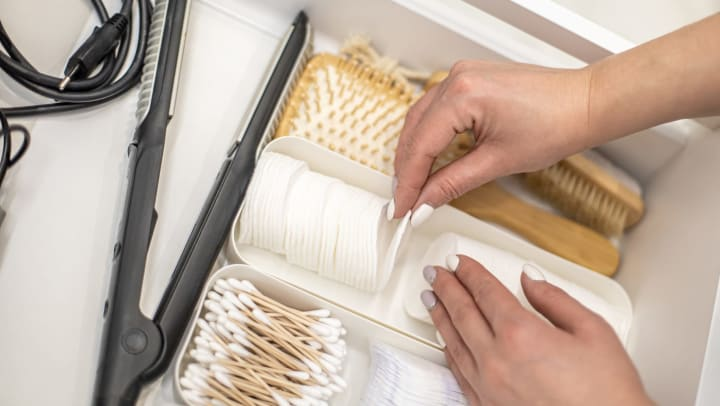 Hands organizing and neatly putting toiletries in polypropylene boxes.