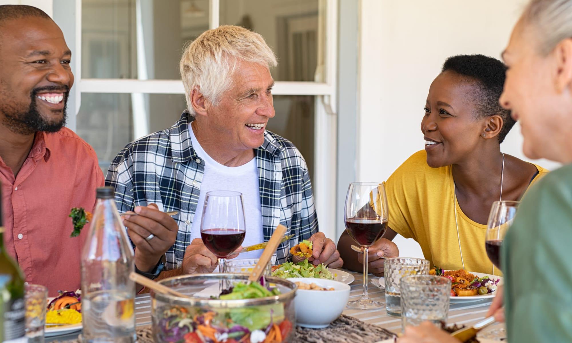 Residents dining outside at Broadwell Senior Living in Kearney, Nebraska