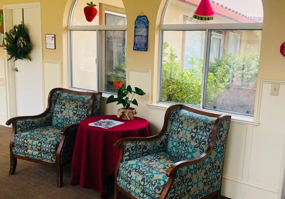Community seating area at Peninsula Reflections in Colma, California