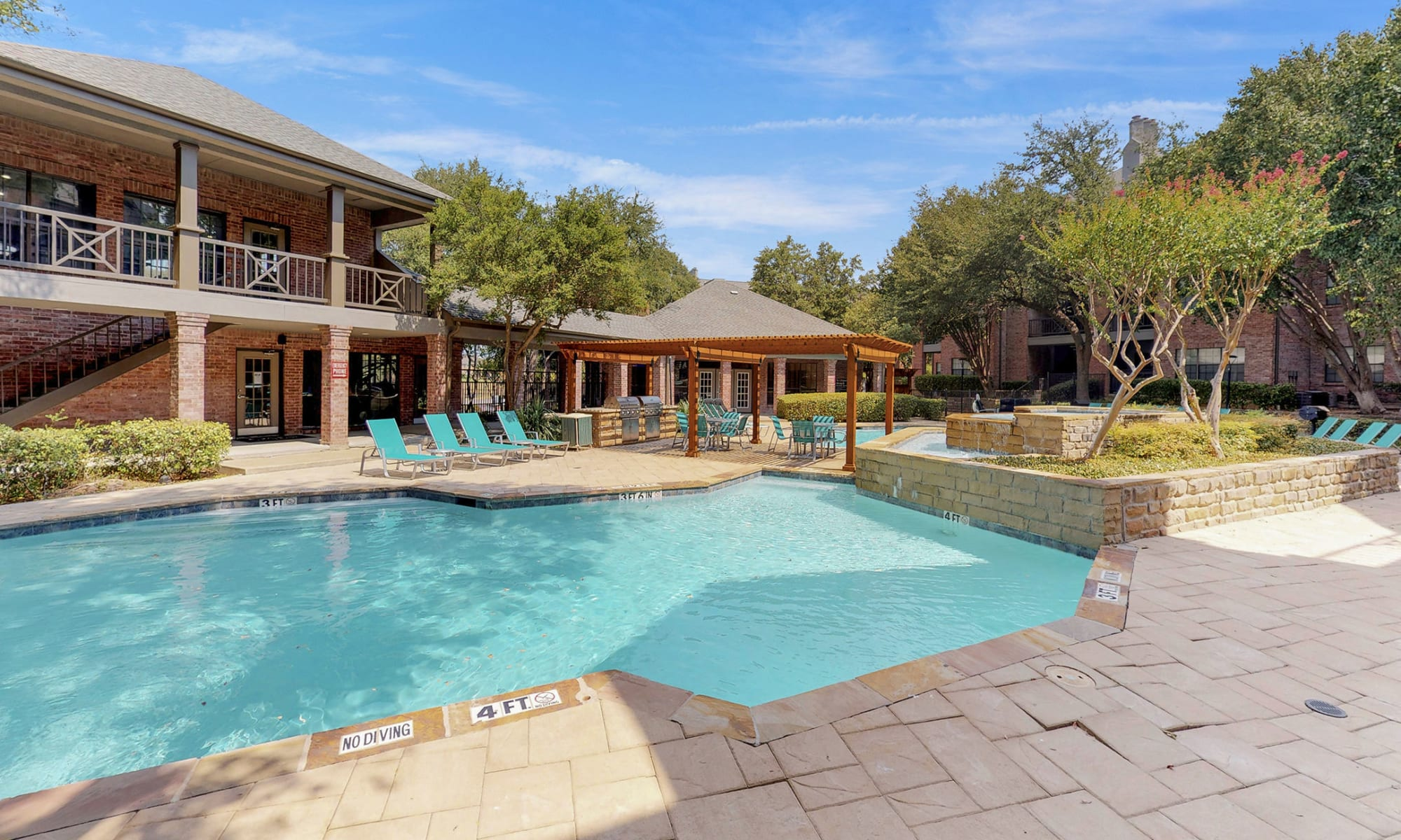 Apartments at Oaks Hackberry Creek in Irving, Texas