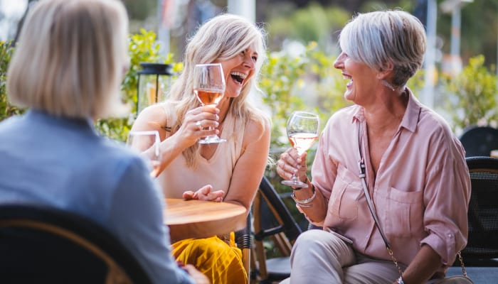 Residents dining together outside of The Springs at Carman Oaks in Lake Oswego, Oregon