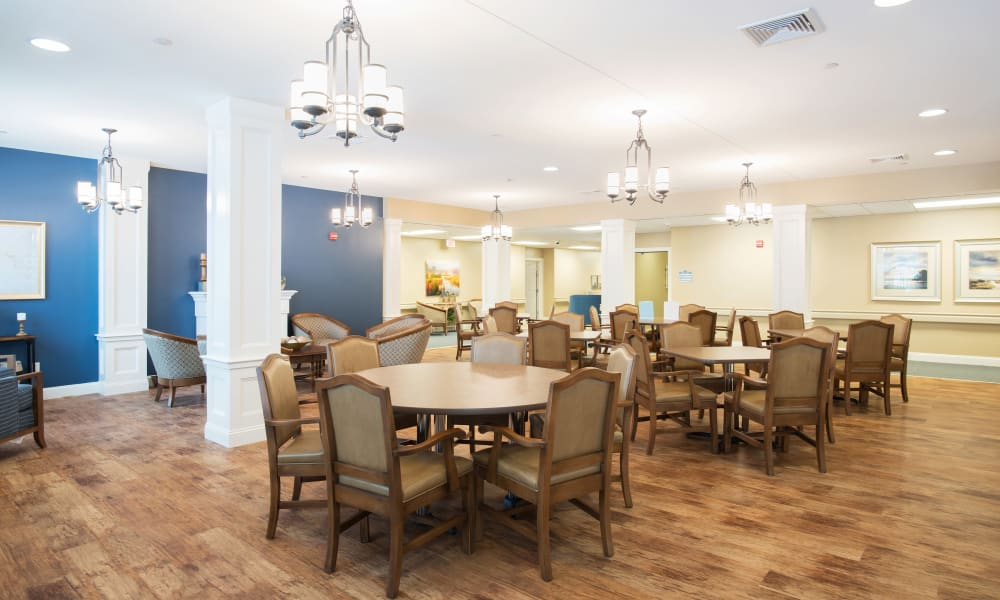Enjoy your dinner at Keystone Place at Richland Creek's dining room in O'Fallon, Illinois