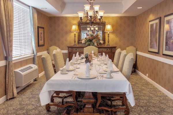 Dining at Lakeview Senior Living