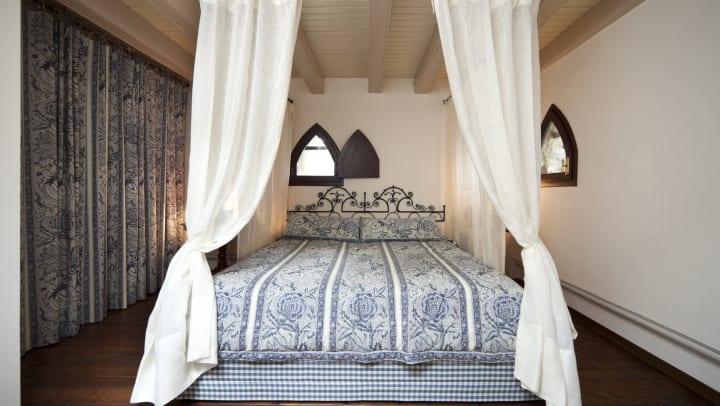 Beautiful elegant canopy bed at Olympus Stone Glen