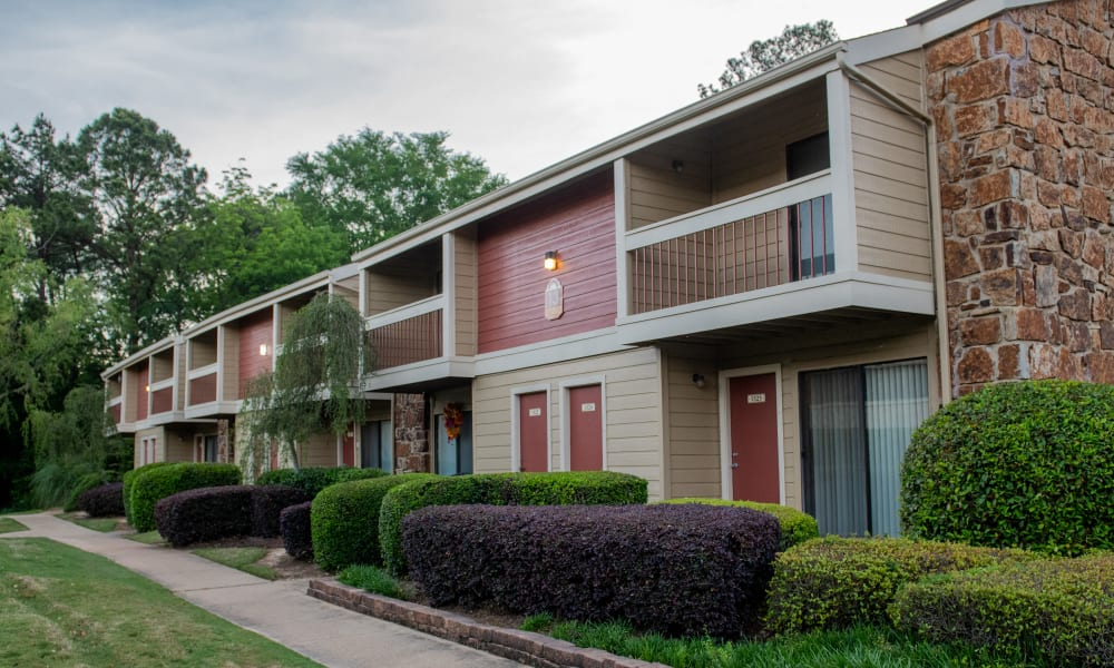 A large apartment building at Sunchase Ridgeland Apartments in Ridgeland, MS