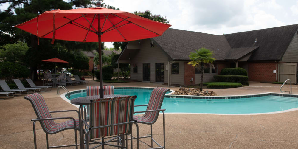 The pool and clubhouse at The Mark Apartments in Ridgeland, MS