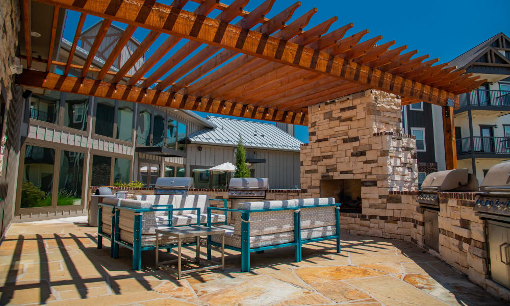 Outdoor grill & chill at Stonehorse Crossing Apartments in Oklahoma City, Oklahoma