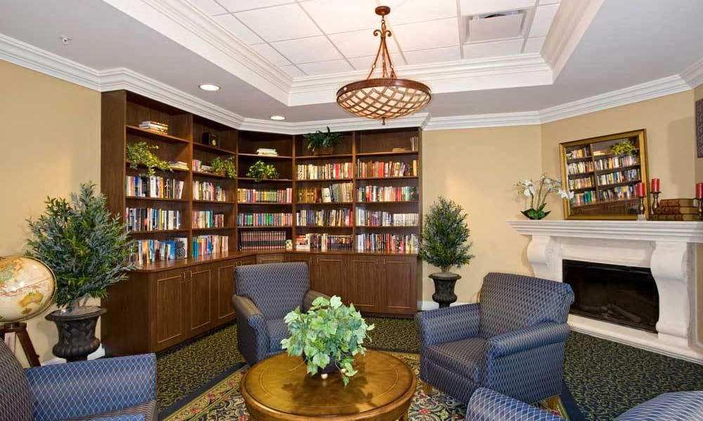 Arbor Oaks at Lakeland Hills' library and activity room
