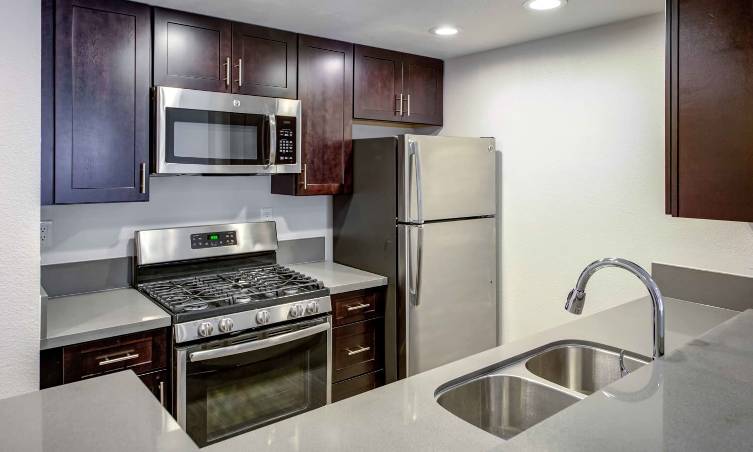 Sofi at 3rd offers a spacious kitchen in Long Beach, California