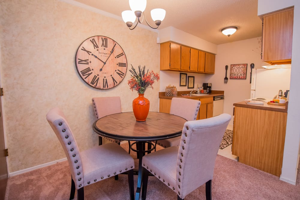 Bright, Cozy Dining Room at Sunchase Ridgeland Apartments in Ridgeland, Mississippi