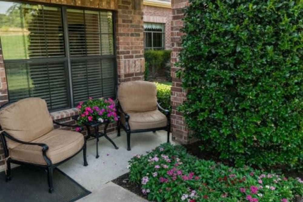 Outdoor seating at RockBrook Memory Care in Lewisville, Texas