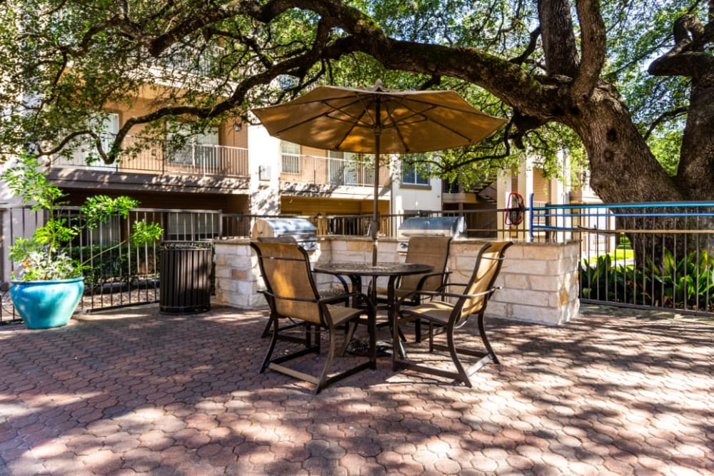 Outdoor shaded dining tables and chairs at Marquis at Ladera Vista in Austin, Texas