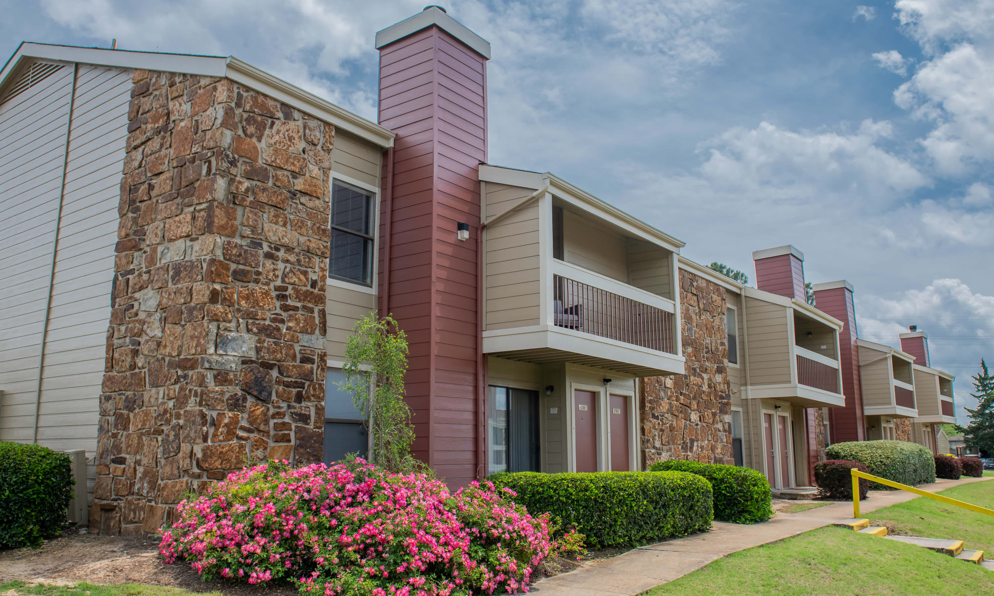 Exterior of Sunchase Ridgeland Apartments in Ridgeland, Mississippi